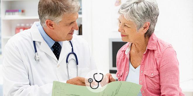 médico consultando mulher com cansaço