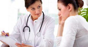 Médica explicando para paciente os sintomas da endometriose