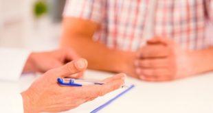 médico conversando com homem que necessita de anticoagulação após TAVI