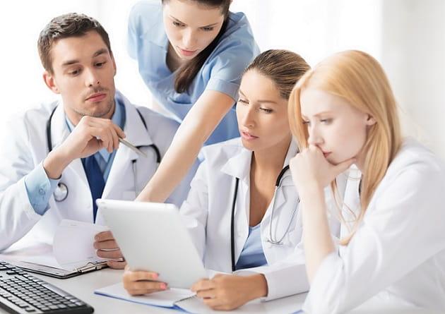 Equipe médica analisa os dados de estudo sobre o uso de ácido tranexâmico no tratamento de sangramentos nasais.