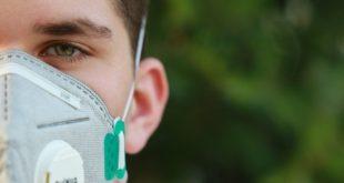 homem usando máscara n95 para conter coronavírus