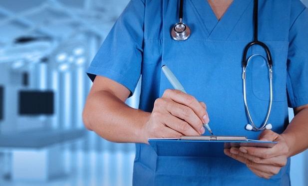 médica anotando sobre resultados da angina