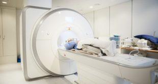 paciente com coronavírus entrando na máquina de tomografia