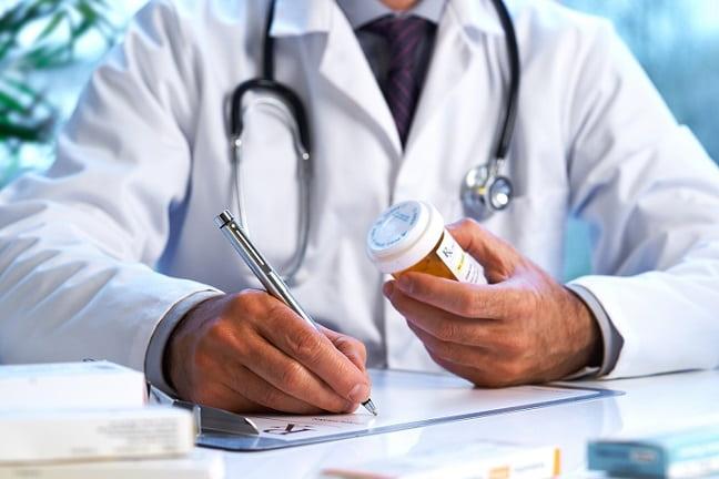 médico prescrevendo medicamento durante pandemia de covid-19
