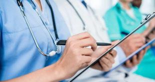 médicos e profissionais com pranchetas nas mãos aprendendo com cursos para Covid-19