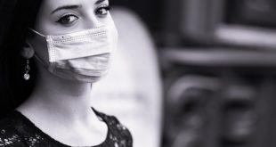 mulher usando máscara para evitar transmissão de covid-19 por assintomáticos