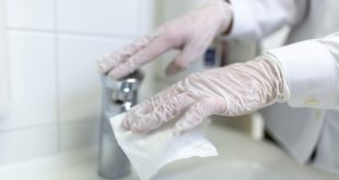 mão de enfermeiro com luva limpa superfície para prevenção do sars-cov-2