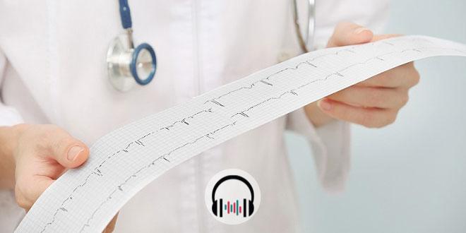 médico olhando eletrocardiograma de paciente com coronavírus