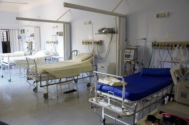Leitos de hospital aguardando o recebimento de ventiladores pulmonares para atenderem pacientes infectados pela Covid-19