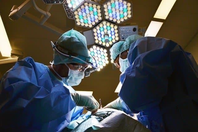 Após a cirurgia, a equipe médica deve se preocupar com complicações pulmonares a mais comuns no pós-operatório.