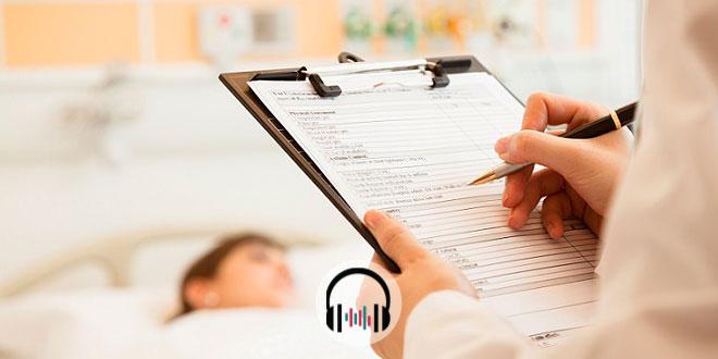 Médico anotando em prontuário de paciente que recebeu cuidados paliativos no coronavírus