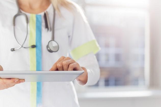 médica com tablet com prontuário para seguir estratégias de cuidados paliativos na covid-19