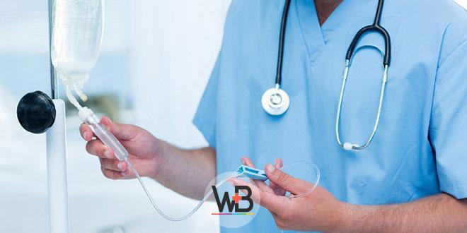 médico realizando infusão de medicamento usando estratégias de cuidados paliativos na covid-19