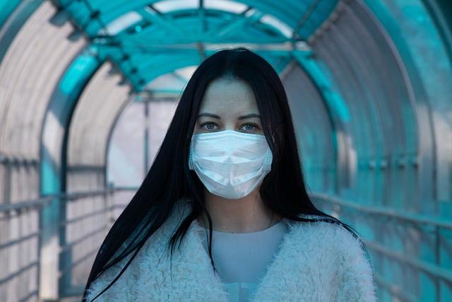 mulher usando máscara cirúrgica devido ao coronavírus