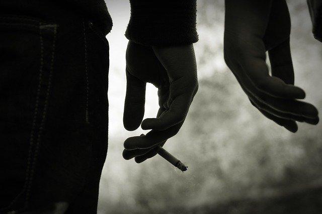 mão de usuários de droga segurando cigarro