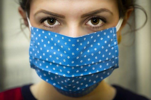 mulher de máscara como medidas contra o coronavírus medidas
