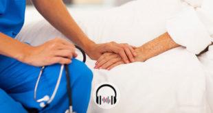 médico segurando mão de paciente em comunicação sobre coronavírus e cuidados paliativos