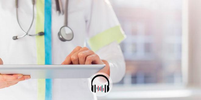 médica olhando prontuário de paciente encaminhado aos cuidados paliativos em periodo de coronavírus