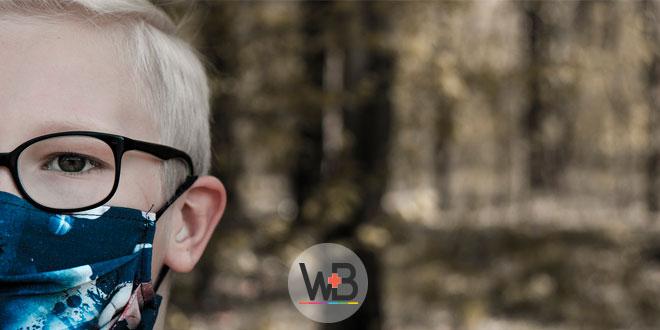 criança com covid-19 usando máscara na transmissão na pediatria