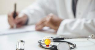 médico anotando sobre hiv