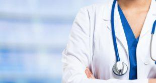 enfermeira de braços cruzados com estetoscópio no pescoço no ano da enfermagem
