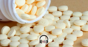 caixa de capsulas de medicamentos virada na mesa para tratamento de Covid-19