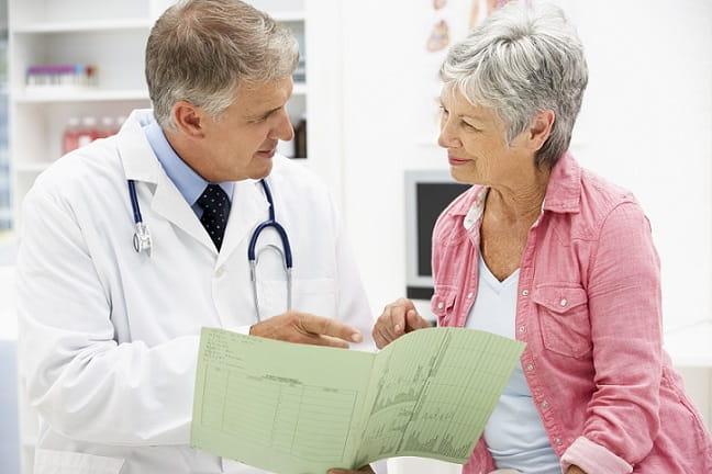 Pessoa idosa em consulta antes da pandemia de Covid-19.