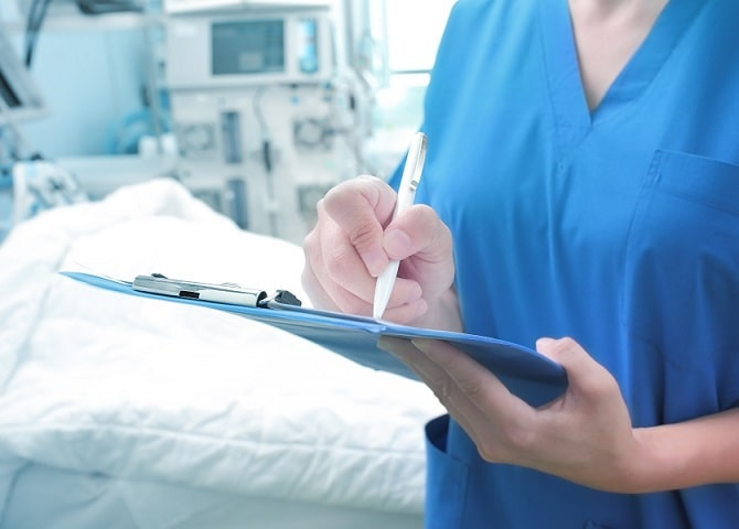 médico em terapia intensiva na covid-19