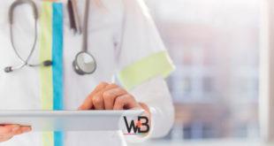 médica olhando prontuário de paciente com covid-19