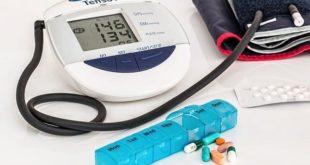Aparelhos para medir a hipertensão e remédios usados no combate da condição.