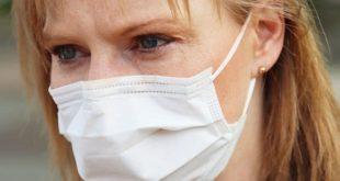 Mulher usua máscara para se previnir durante a pandemia de Covid-19 em uma cidade que tentou instalar cabines de desinfecção.