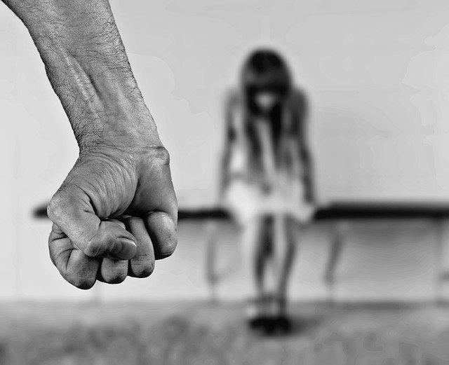 punho fechado de homem que pratica violência doméstica contra mulher durante Covid-19