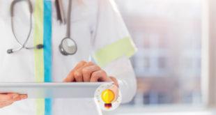 médica digitando em prontuário sobre paciente com hiv