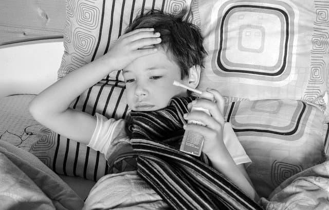 Criança com sintomas de doença aguardando atendimento médico.