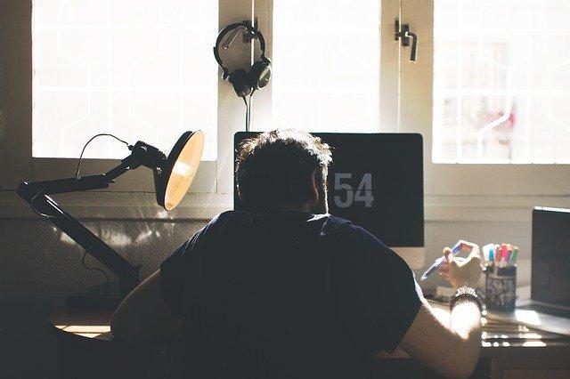 homem sentado ao computador em casa durante pandemia de covid-19 terá consequências metabólicas