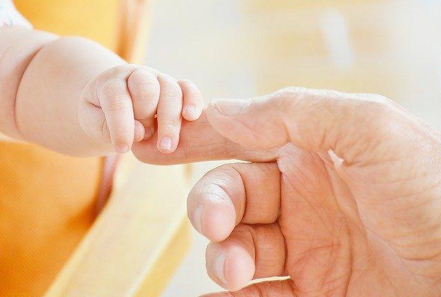 Estudo mostra a importância do contato pele a pele entre bebês e seus pais.