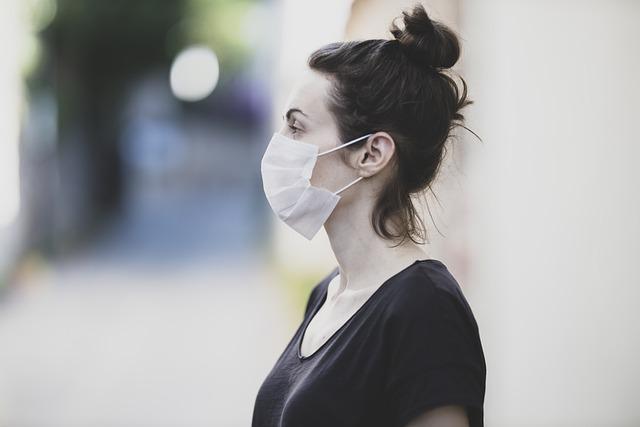 mulher de perfil usando máscaras devido transmissão pelo ar do coronavírus