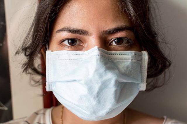 Agente de saúde utilizando máscara durante a pandemia de Covid-19, atento as recomendações para prestação do serviço.