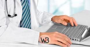 médico usando computador para fazer atendimento remoto de paciente com covid-19