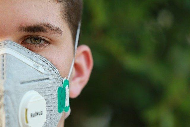 Médico utiliza máscara N95 que passou por processo de desinfecção com água hidrogenada
