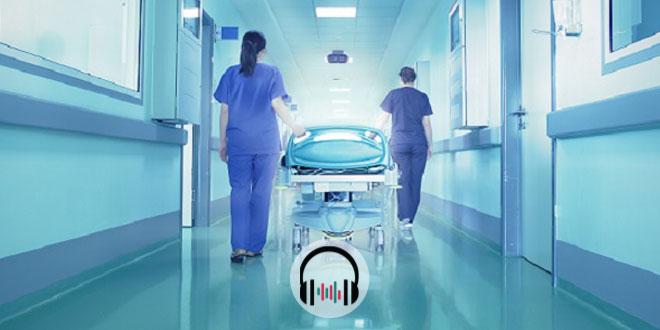 médicas levando paciente com covid-19 para uti