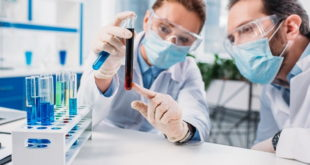 médicos avaliando sangue de paciente com Covid-19 que gera imunidade