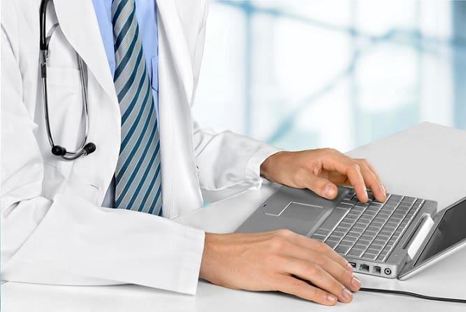 médico usando computador para pesquisar estudos sobre covid-19 e hidroxicloroquina
