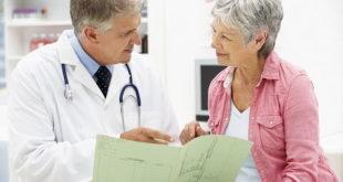 médico orientando paciente idosa sobre dieta mediterrânea e infarto