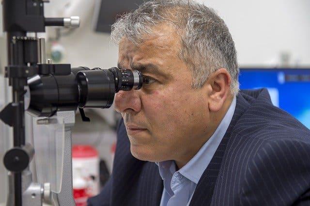 Exame sendo realizado utilizando equipamento de oftalmologia durante a pandemia de Covid-19
