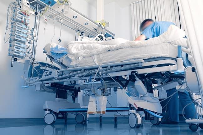 maca de paciente na uti depois de passar por um fisioterapeuta na emergência