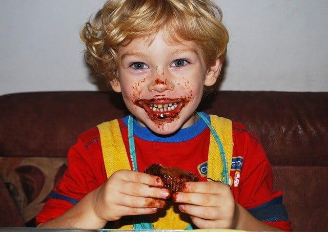 menino comendo chocolate e se sujando de acordo com temperamento e hábitos alimentares