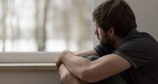 homem olhando pela janela com transtorno mental e abordagem do nursebook