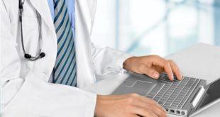 médico usando whitebook pelo computador