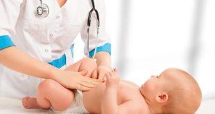 médica avaliando bebê antes de sedação para procedimentos ambulatoriais pediátricos